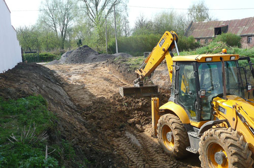 Terrasement : tractopelle en action